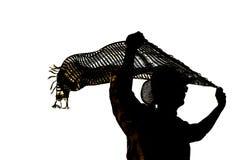 Силуэт человека держа пропуская накладные расходы шарфа изолированный внутри стоковая фотография rf