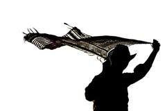 Силуэт человека держа пропуская шарф наверху Стоковое фото RF