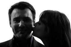 Силуэт человека женщины пар целуя Стоковая Фотография