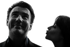 Силуэт человека женщины пар целуя Стоковая Фотография RF