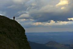 Силуэт человека на верхней части горы Стоковая Фотография