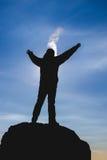 Силуэт человека на горе во время захода солнца Зима морозная Стоковые Фотографии RF