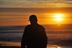 Силуэт человека на заходе солнца Стоковые Фотографии RF