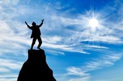 Силуэт человека на пике горы Стоковые Изображения RF