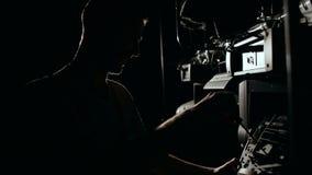 Силуэт человека ремонтируя оборудование концерта видеоматериал