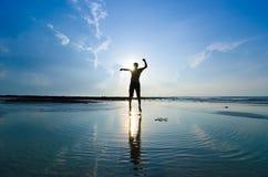 Силуэт человека скача над солнцем Стоковые Фотографии RF
