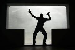 Силуэт человека танцев в Т-образном окне стоковое изображение