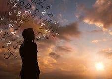 Силуэт человека думая с текстом вокруг его 1 предпосылка заволакивает пасмурное небо Стоковое Фото