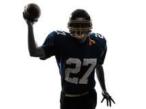 Силуэт человека футболиста защитника американский бросая Стоковая Фотография