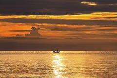 Силуэт шлюпки в море, ТАИЛАНДЕ Стоковое Изображение