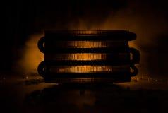 Силуэт электростанции принципиальная схема промышленная Промышленный огонь от труб на ноче украшение стоковые фотографии rf