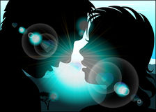 Силуэт любовников на предпосылке с солнцем излучает Стоковое Изображение
