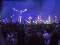 Силуэт людей поклоняясь к богу Стоковое фото RF
