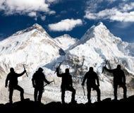 Силуэт людей с осью льда в руке, Mount Everest Стоковые Фото