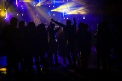 Силуэт людей танцуя в фестивале стоковое фото rf
