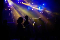 Силуэт людей танцуя в фестивале стоковая фотография rf