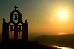 Силуэт Belltower на заходе солнца Imerovigli, Santorini, острова Кикладов Греция Стоковые Фотографии RF