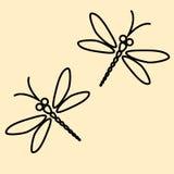 Силуэт 2 dragonflies на сметанообразной предпосылке Стоковые Изображения