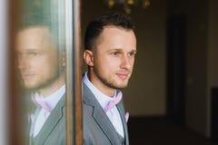 Силуэт Groom отраженный в окне Стоковые Изображения