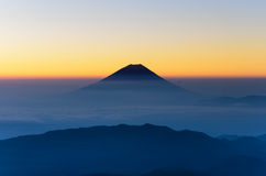 Силуэт Mount Fuji как увидено от держателя Kitadake Стоковое Фото