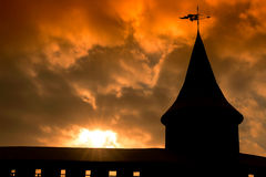 Силуэт ramparts башни на заходе солнца Стоковые Изображения