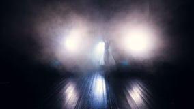Силуэт ` s балерины двигая в туман тележка движение медленное HD акции видеоматериалы