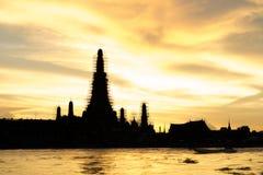 Силуэт Wat Arun Ratchawararam Ratchawaramahawihan Стоковая Фотография RF