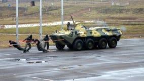 Силы специального назначения вытягивают бронетранспортер сток-видео