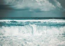 Сильная волна в море стоковое изображение rf