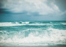 Сильная волна в море стоковая фотография rf