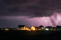 Сильная гроза с дождем над улицей деревни стоковые фотографии rf
