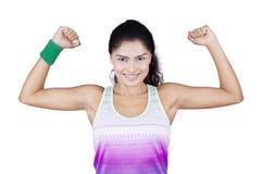 Сильная женщина представляя в студии Стоковая Фотография RF