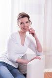 Сильная женщина сидя в кресле и говорить стоковое фото