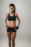 Сильная молодая женщина пригонки в черном sportswear Стоковое Изображение