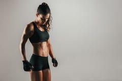 Сильная мышечная женщина в плотных черных шортах Стоковые Фотографии RF