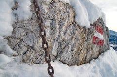 Сильная цепь на утесе Стоковые Фото