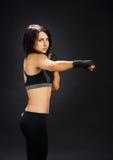 Сильное тело - девушка бойца фитнеса показывает мышцу Стоковые Фото