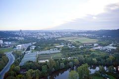 Сильно детальный воздушный вид на город с перекрестками, дорогами, домами Стоковая Фотография