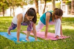 Сильные женщины делая йогу Стоковое Фото