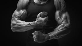 Сильные руки и кулак, подготавливают для Cl тренировки и активной тренировки Стоковая Фотография