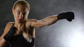 Сильные дуновения руками с кулаками sporswoman боксера сток-видео