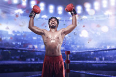 Сильный азиатский боксер человека в перчатках бокса празднует его выигрывать Стоковые Изображения RF