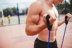 Сильный атлетический парень резвится детандер простираний человека Стоковое Изображение RF