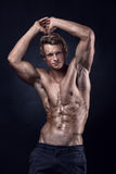 Сильный атлетический человек показывает тело и подбрюшные мышцы стоковая фотография