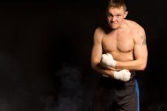 Сильный мышечный молодой боксер стоковое фото rf