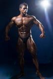 Сильный мышечный рост культуриста человека полностью Стоковое Изображение RF