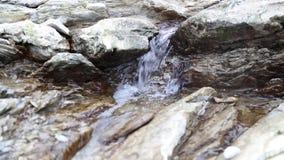 Сильный поток воды, малого минерального реки для природной энергии сток-видео
