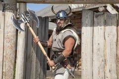 Сильный реальный Викинг вне его дома Стоковое Изображение