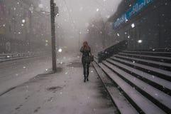 Сильный снегопад в зиме в городе Стоковые Фотографии RF