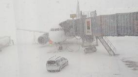 Сильный снегопад на авиапорте Бухаресте Otp Стоковые Изображения